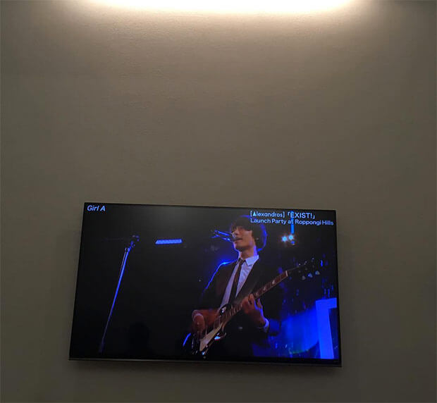 デザイン重視で選びました。リビングの壁掛けテレビはLG 55UF8500です。