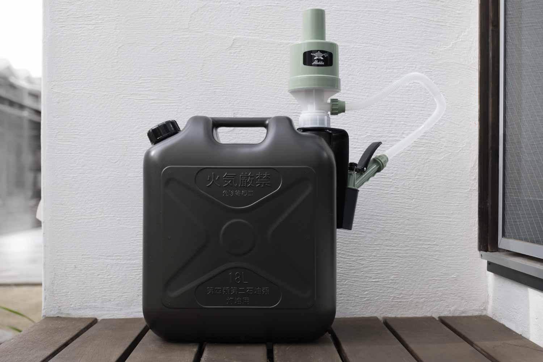 アラジン(Aladdin×Takagi)の灯油用ポンプ ポリカンポンプを黒い灯油タンクに取り付けたところ