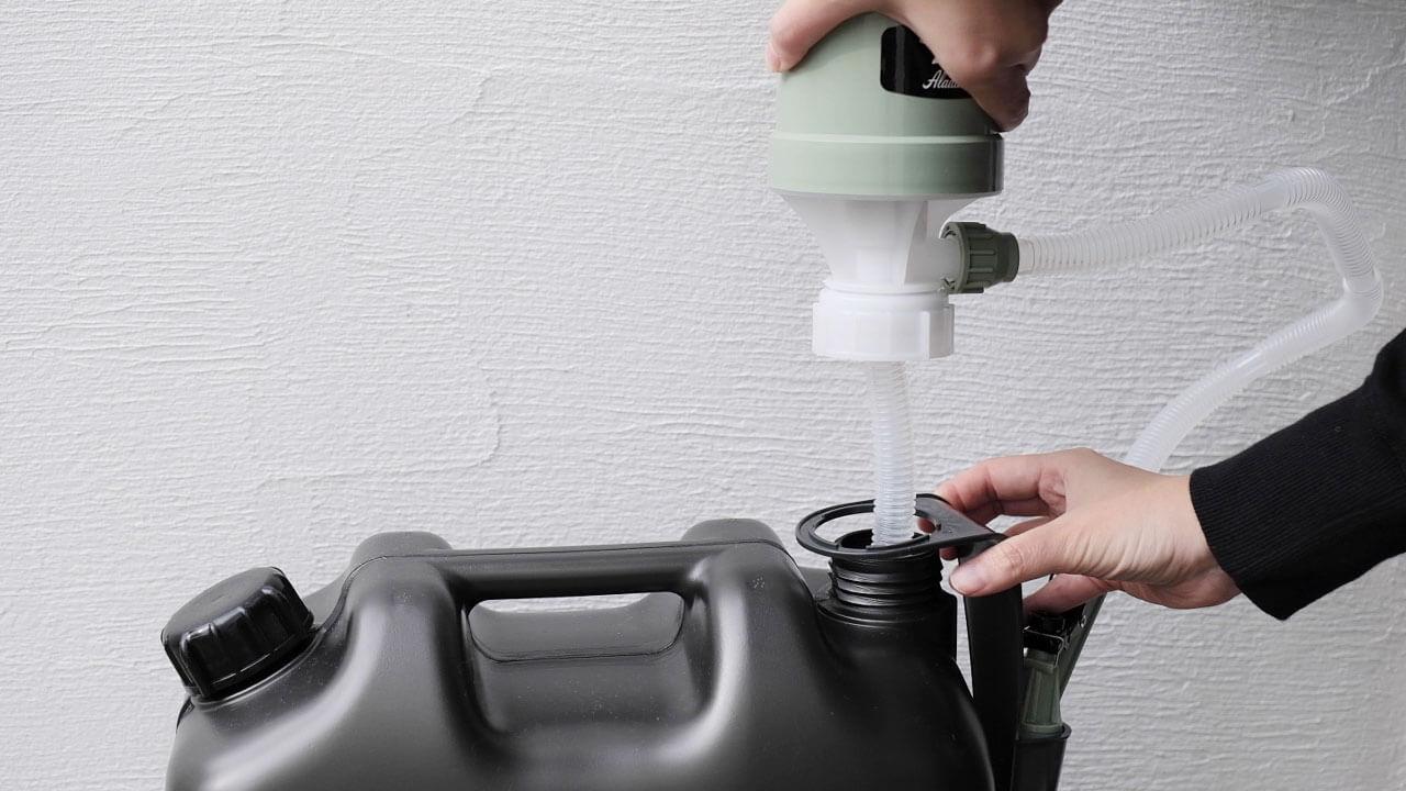 アラジン(Aladdin×Takagi)の灯油用ポンプ ポリカンポンプを灯油タンクに取り付けるところ