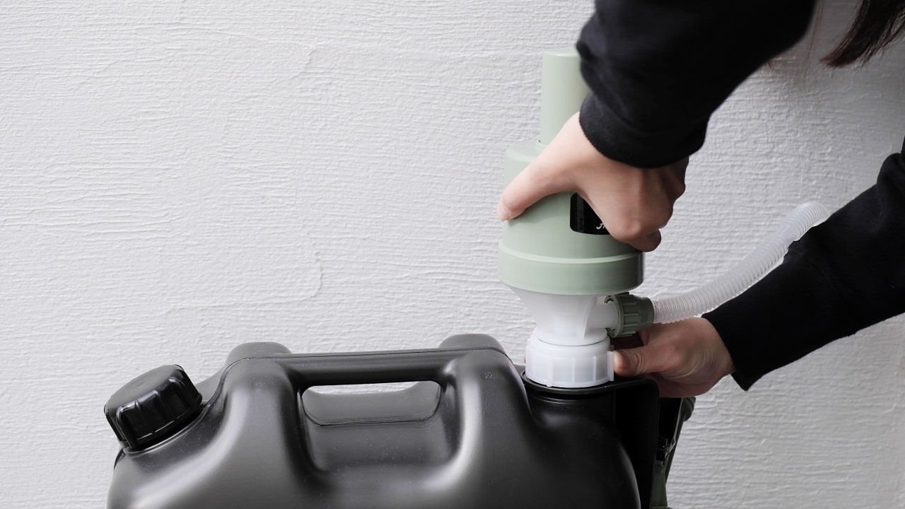 アラジン(Aladdin×Takagi)の灯油用ポンプ ポリカンポンプを灯油タンクに取り付けて締めている