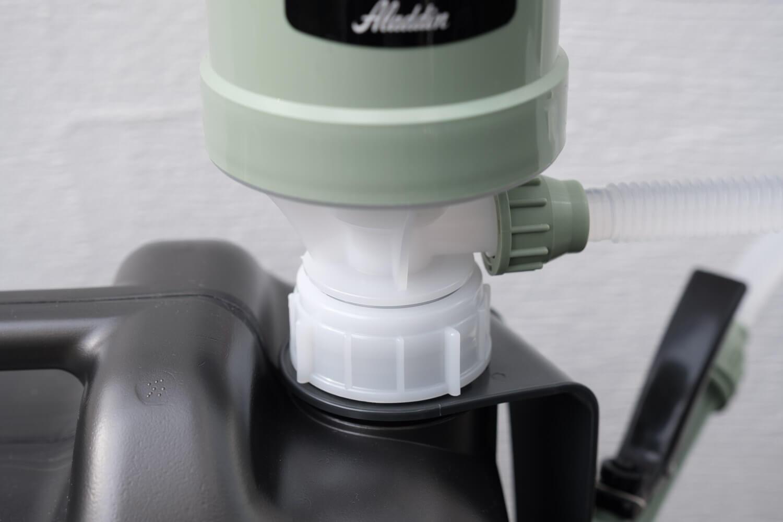 アラジン(Aladdin×Takagi)の灯油用ポンプ ポリカンポンプをタンクに取り付けたところ。フタと一体型だからこぼれない