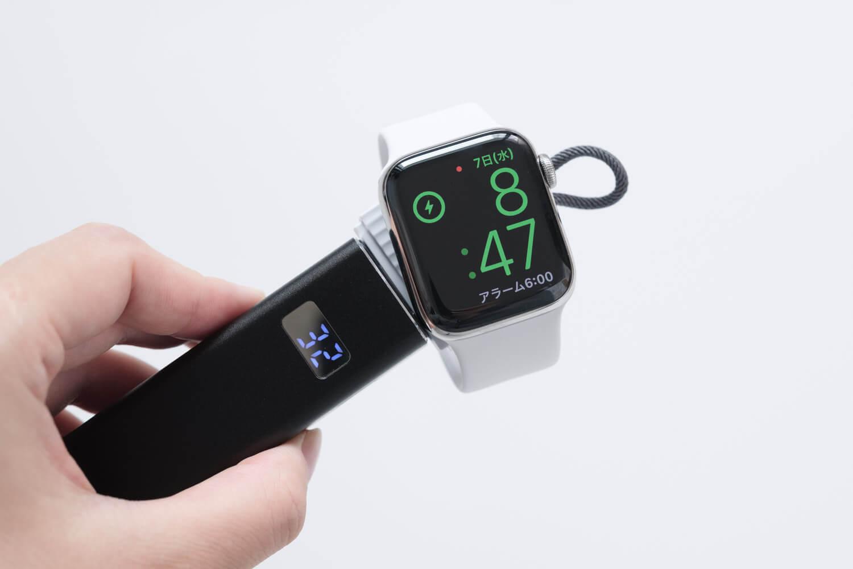 Apple Watch用のコンパクトな充電器とモバイルバッテリーで充電しているところ