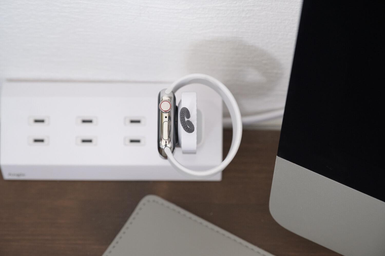 Apple Watch用のコンパクトな充電器をコンセントタップで使っているときのサイド