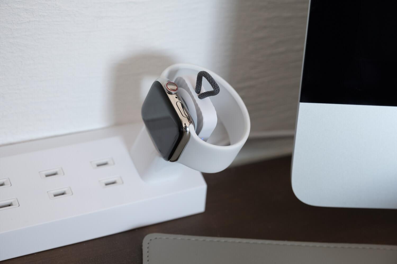 Apple Watch用のコンパクトな充電器をコンセントタップで使っているときのサイド2