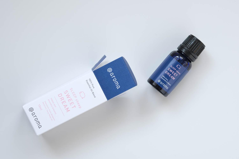 アットアロマのスリープシープのスイートドリームのエッセンシャルオイルはボトルがブルー