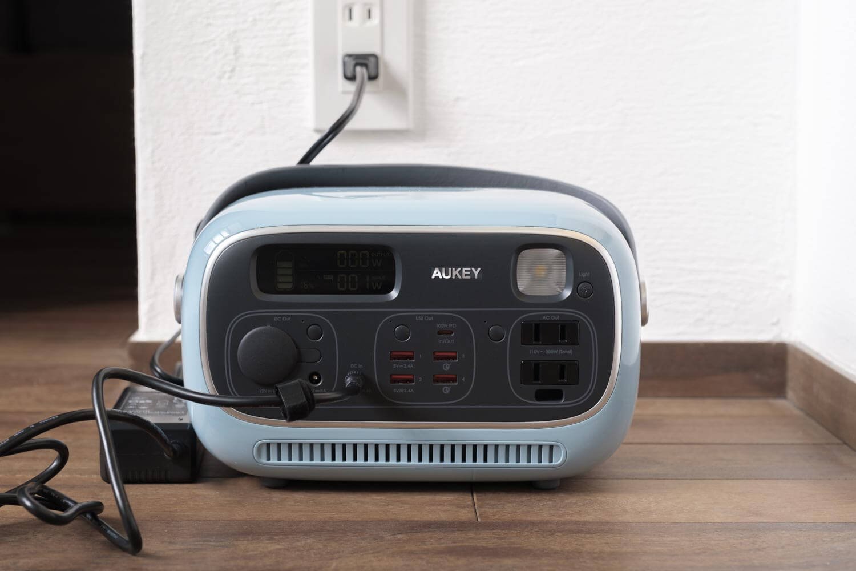 AUKEY PowerStudioをAC充電器で充電しているところ