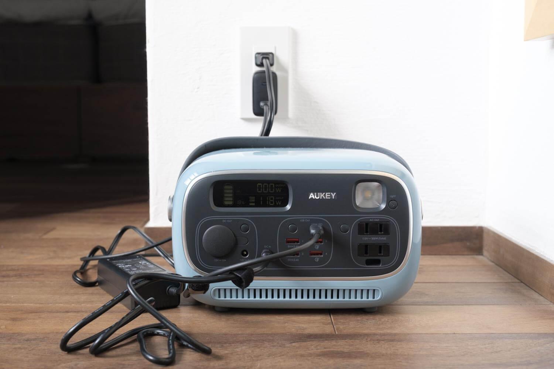 AUKEY PowerStudioをACコンセントと100WUSB-C充電器で充電しているところ2