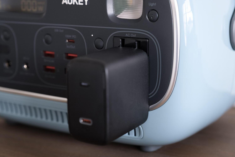 AUKEY PowerStudioにAUKEYの100W GaN充電器を挿したところ