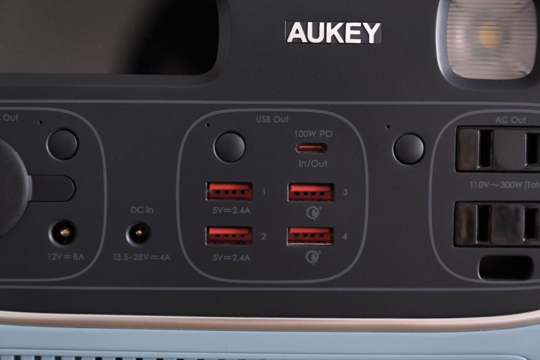 AUKEY PowerStudioのUSB-Aポート4つとUSB-Cポート1つ