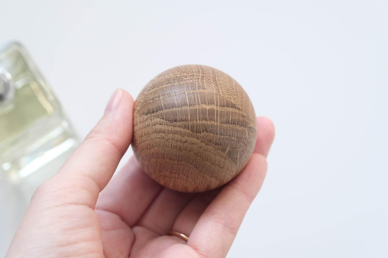 BAUM(バウム)オーデコロンのフタの木材部分はkarimokuの端材で作られている