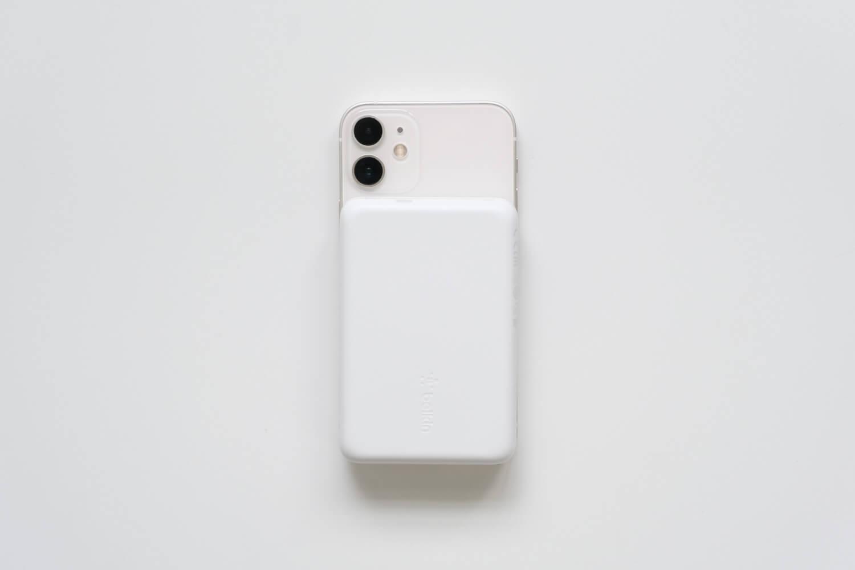Belkin BOOST↑CHARGE™ MagSafe対応 磁気ワイヤレスモバイルバッテリーをiPhone12 miniのケースなしにくっつけたところ