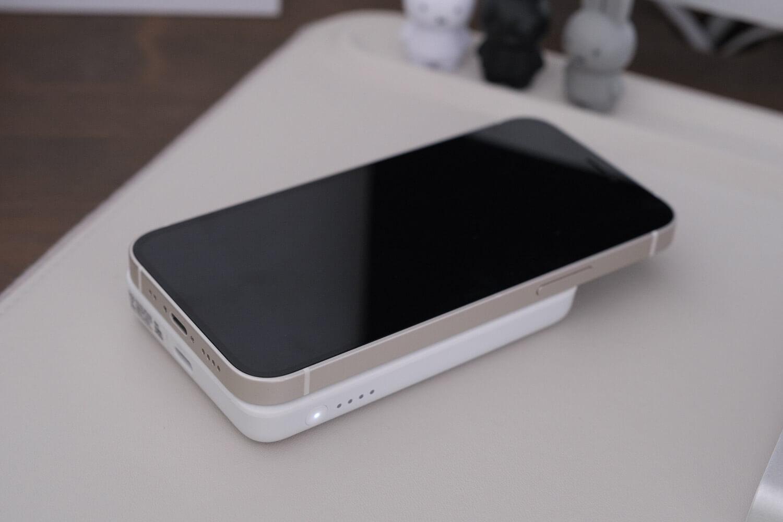 Belkin BOOST↑CHARGE™ MagSafe対応 磁気ワイヤレスモバイルバッテリーを置いて充電しているところ
