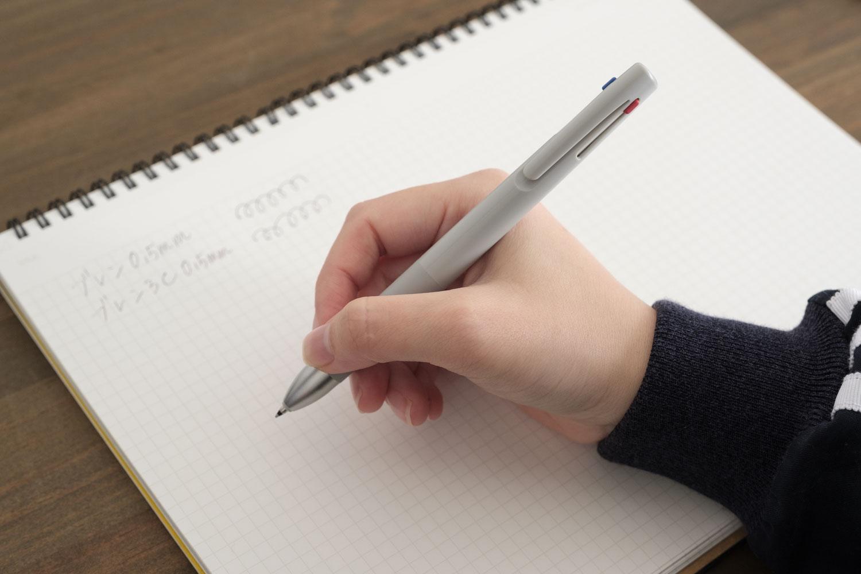 ゼブラのブレン3C多色ボールペンを使っているところ