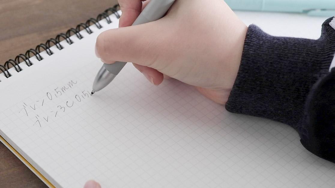 ゼブラのブレン3C多色ボールペンで書いているところ