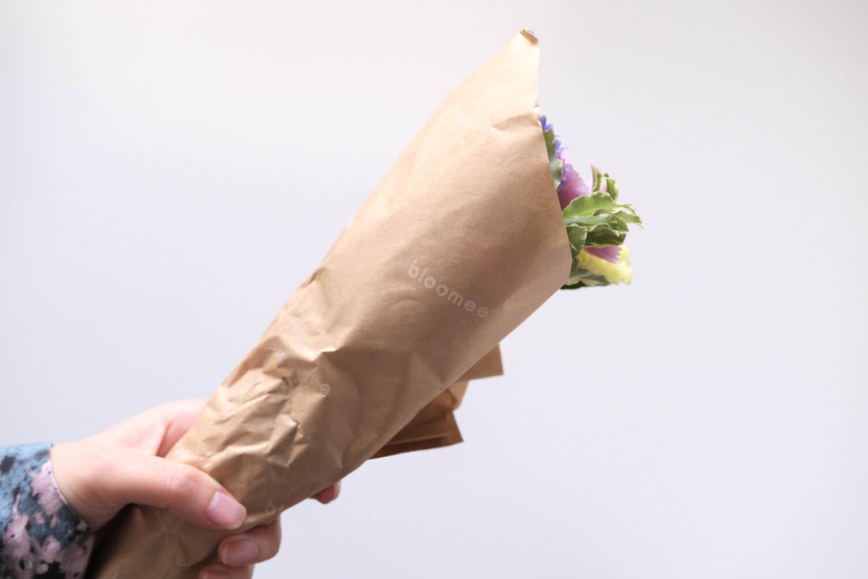 お花の定期便bloomee(ブルーミー)は包み紙がロゴ入りに