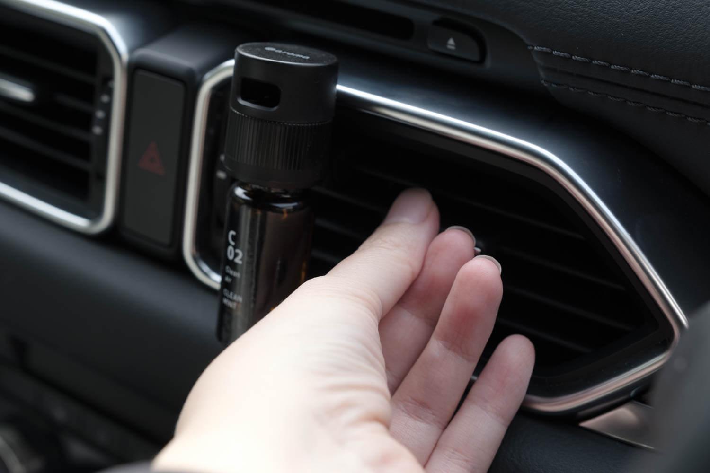 アットアロマ(@aroma)車用ディフューザードライブタイムクリップをCX-8に取り付けるとルーバーは動かせない