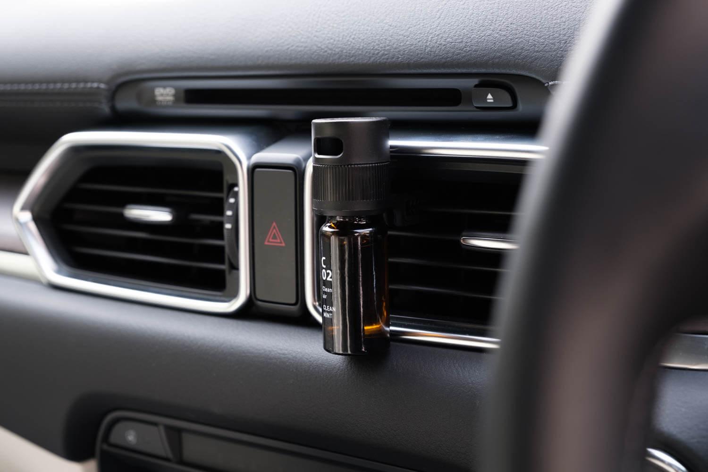 アットアロマ(@aroma)車用ディフューザードライブタイムクリップをCX-8に取り付けたところ(斜め)