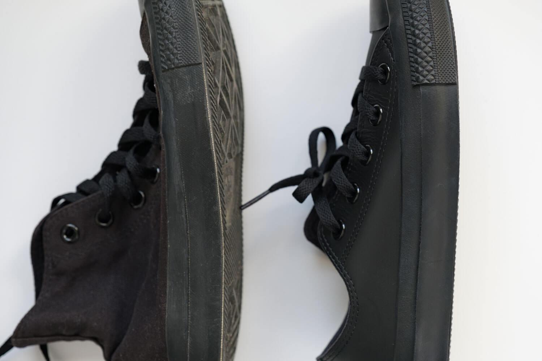 キャンバスのブラックモノクロームとレザーのブラックモノクロームのサイドデザインの比較