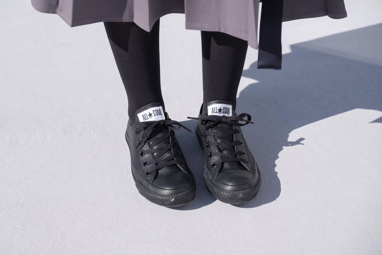 コンバース オールスター OX レザー ブラックモノクロームを履いたところ(正面)