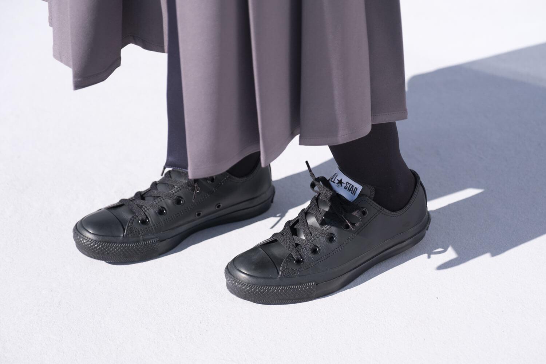 コンバース オールスター OX レザー ブラックモノクロームを履いたところ(サイドアップ)