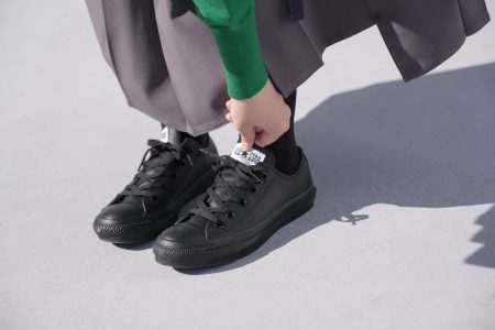 コンバース オールスター OX レザー ブラックモノクロームを履いたところ(タグがずれる)