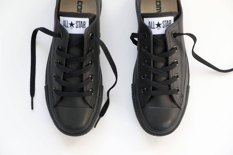 コンバース オールスター OX レザー ブラックモノクロームは真っ黒です。