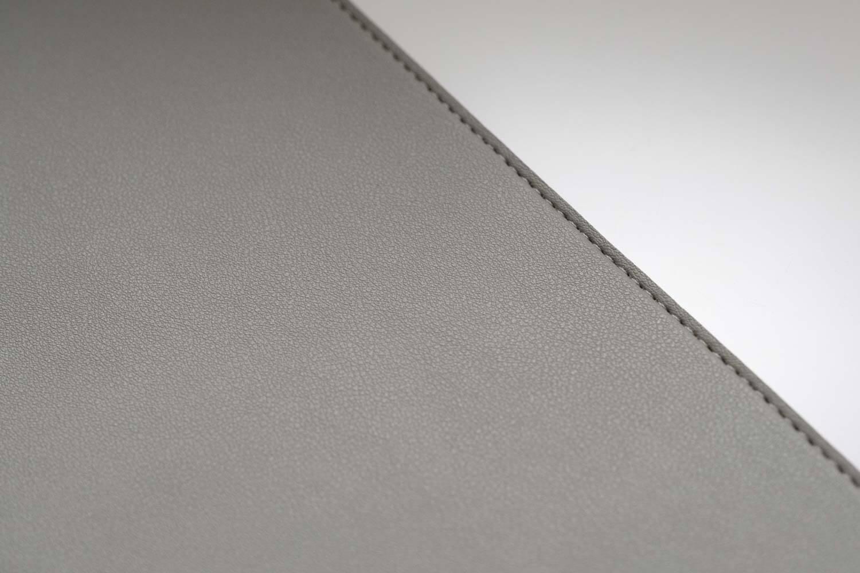 合成皮革のデスクマットは素材感も色も悪くない