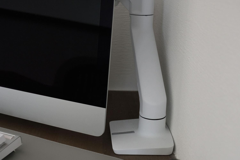 VESAモデルのiMacなのでディスプレイアームがある