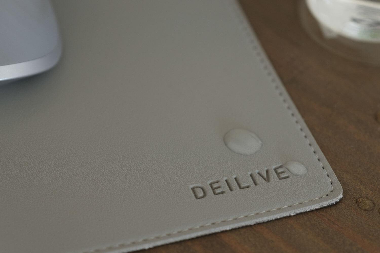 合成皮革のデスクマットは水にも強い