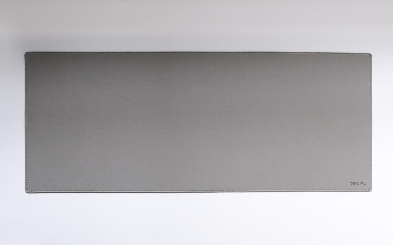 合成皮革のデスクマットは白地に置くとシンプルモダン