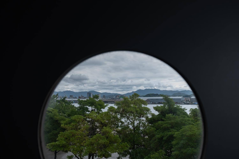 エコリアムの丸窓から海