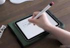 elago(エラゴ)ApplePencil第二世代用カバーをつけて書いているところ(全体)