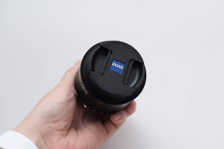 X-S10と一緒に使っているレンズ(Carl Zeiss 単焦点レンズ Touit 1.8/32)レンズキャップもかっこいい