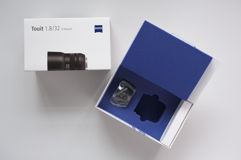 X-S10と一緒に使っているレンズ(Carl Zeiss 単焦点レンズ Touit 1.8/32)パッケージもかっこいい