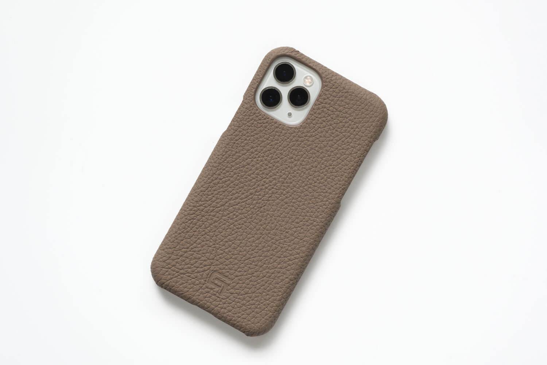 GRAMAS(グラマス)ペリンガーシュランケンカーフ iPhone11Proケースを取り付けたところ