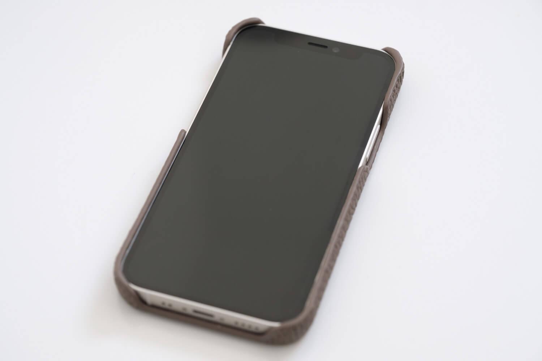 GRAMAS iPhone12 miniケース シュランケンカーフ トープカラーを取り付けたところ(サイド)