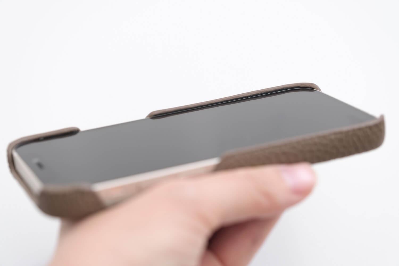 GRAMAS iPhone12 miniケース シュランケンカーフ トープカラーは本体より数mm出っ張る