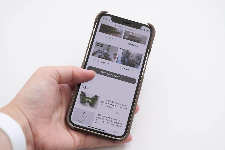 GRAMAS iPhone12 miniケース シュランケンカーフ トープカラーを取り付けて使うところ2
