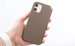 GRAMAS iPhone12 miniケース シュランケンカーフ トープカラーの背面(取り付け後)