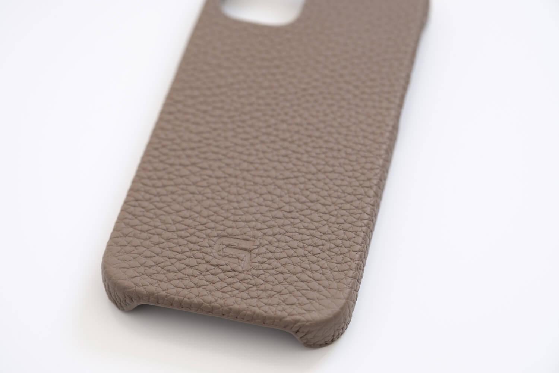 GRAMAS iPhone12 miniケース シュランケンカーフ トープカラーのロゴとシボ
