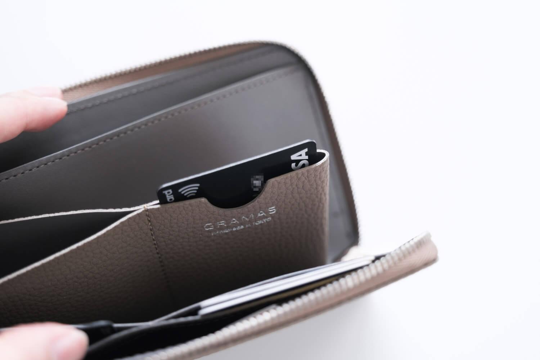 GRAMAS German Shrunken-calf Smart Organizer Walletのクイックポケットにはよく使うカードが2枚入る