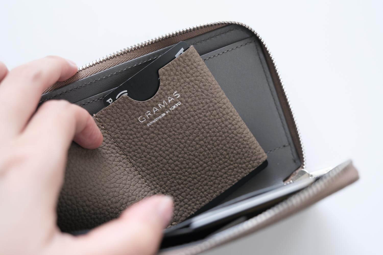 GRAMAS German Shrunken-calf Smart Organizer Walletのクイックポケットは底がなく貫通している