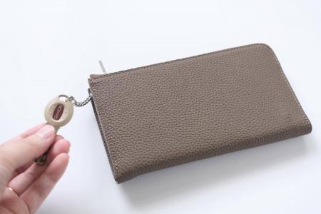 GRAMAS German Shrunken-calf Smart Organizer Walletはチェーンだけ出すこともできる