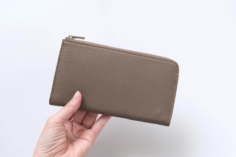 GRAMAS German Shrunken-calf Smart Organizer Walletを持ったところ