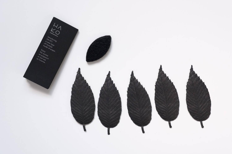 葉のお香HA KO BLACKの中身は5枚の葉と不燃性の専用マット