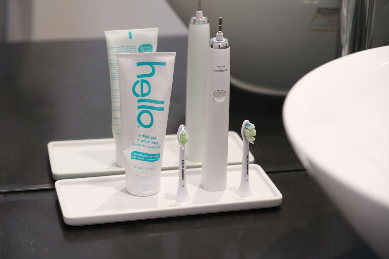 hello 歯磨き粉 ペースト ナチュラルペパーミントのチューブを洗面所に置いているところ