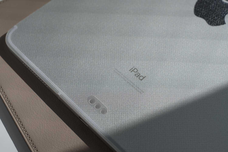 iPad Pro 2018 背面フィルム クリア レザーエンボス シルバーに貼るとこんな漢字