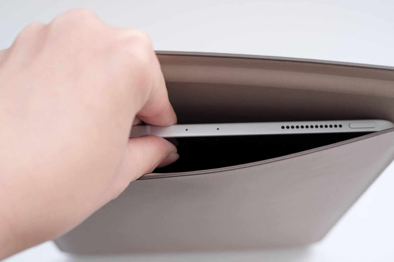 10.5インチ用iPadレザースリーブケース 入れた状態 取り出す