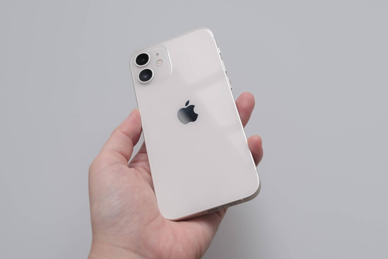 iPhone 12 mini ホワイトを持ったところ(背面)