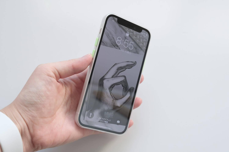SwitchEasy 0.35mmiPhoneケースをiPhone12 miniに取り付けたところ(ボタンを押したところ)
